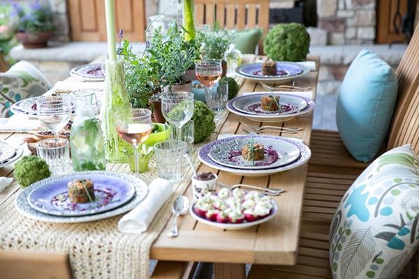 как украсить праздничный стол посудой