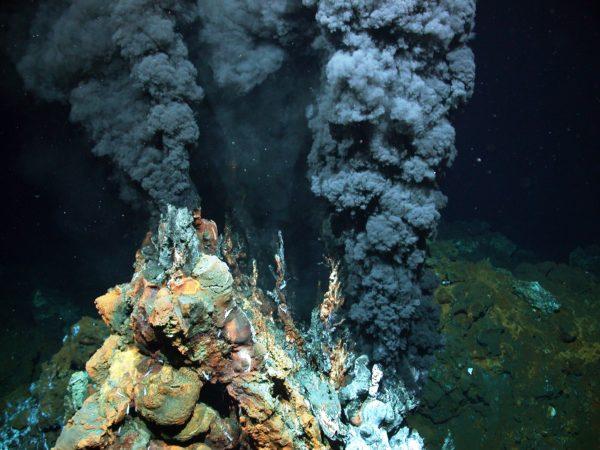 Морскую воду могут насыщать солью солеобразующие минералы, входящие в состав океанического дна, которые попадают туда из гидротермальных источников