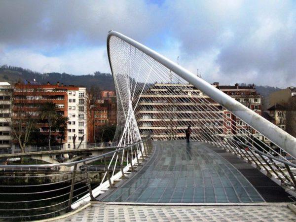 Бильбао – интересный город, который привлекает туристов своей футуристической стилистикой на фоне готической архитектуры