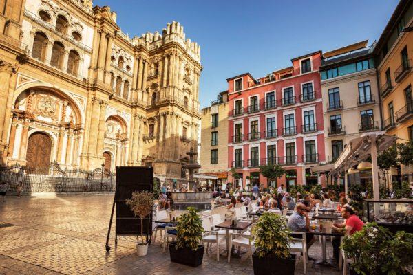 Гранада известна, благодаря многочисленным архитектурным памятникам, оставшимся от маврской и средневековой эпох.