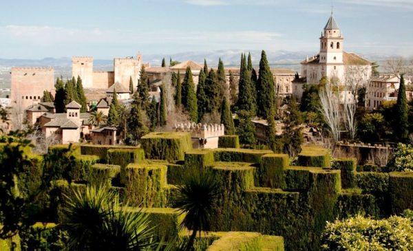 Достопримечательности Гранады сохранились от периода мавров и эмиров, а также здесь много архитектурных памятников в стиле готики и эпохи Ренессанса