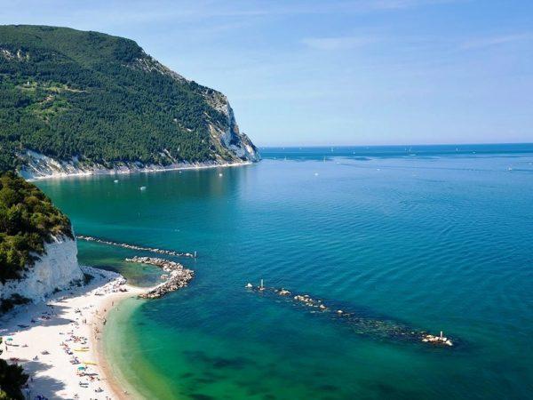 Марке известен недорогими пляжными курортами Пезаро и Портоново, и многочисленными живописными пейзажами