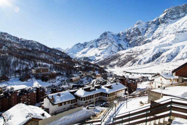 Валле-д'Аоста известен, благодаря современным горнолыжным курортам, которых в регионе много. Они оборудованы всем необходимым для комфортного зимнего отдыха
