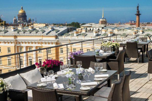 Посетить Петербург – это значит обойти самые известные достопримечательности, сделать множество фотоснимков на память, посетить развлекательные комплексы, а также плотно пообедать в местных ресторанах
