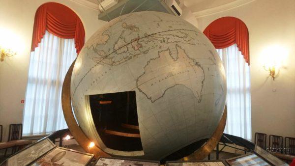 Особое место занимает знаменитый Готторпский глобус диаметром более 3 метров, подаренный царю голштинским герцогом – он является небольшим планетарием, чью карту звездного неба могут наблюдать одновременно несколько человек, находящихся внутри него