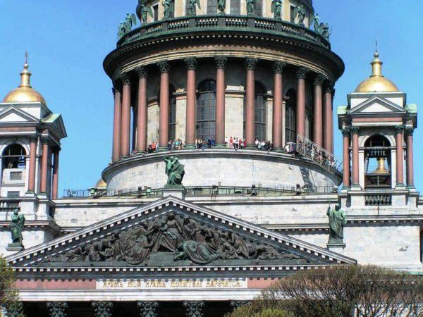 Ежегодно храм посещают тысячи туристов, особенно популярна колоннада Исаакиевского собора, с которой открывается круговая панорама