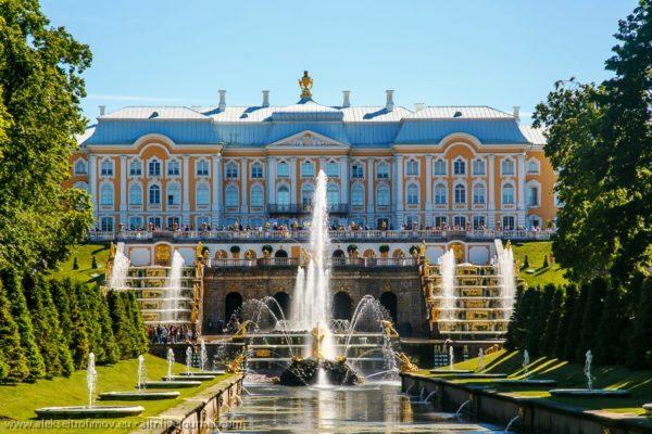 Дворец представляет собой крупное историческое сооружение с лестницей, фонтанами и аллеей. Во время Великой Отечественной войны дворец был практически полностью разрушен, но в 1952-м году его успешно восстановили