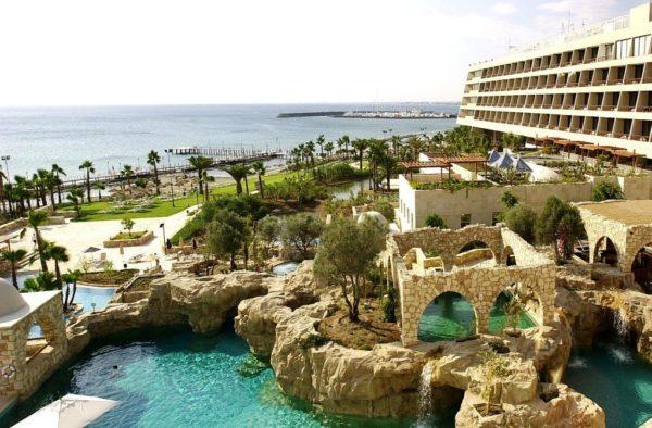 Кипр ежегодно радует туристов со всего мира своей замечательной природой, теплой погодой, умеренным климатом, гостеприимностью и высоким сервисом