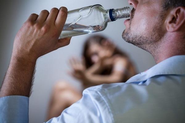 исключить при помощи алкоголику