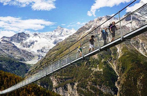 Среди особенностей Гриндельвальда также стоит отметить наличие самой длинной в Альпах подвесной дороги, по которой можно подняться на вершину Шильторн