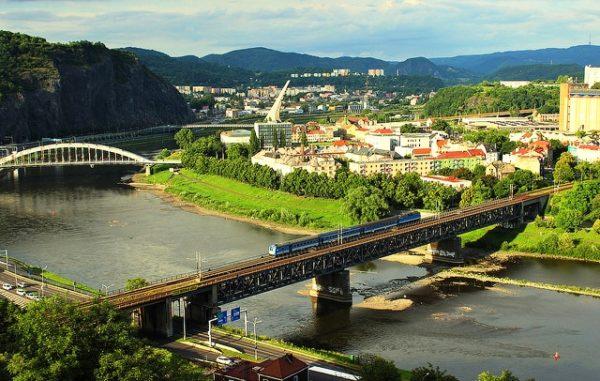 Колин располагается по обе стороны реки Эльба.