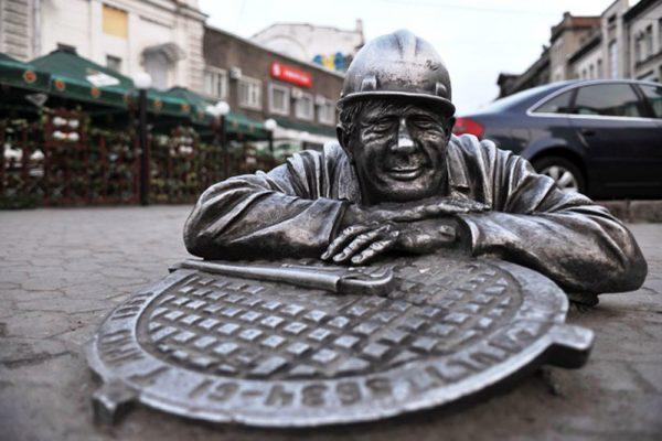Памятник сантехнику в Омске