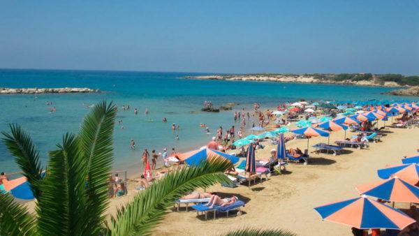 Летом в Пафосе разгар пляжного сезона