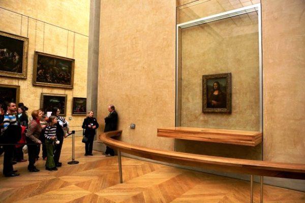 """Картина Леонардо да Винчи """"Мона Лиза"""" в Лувре"""