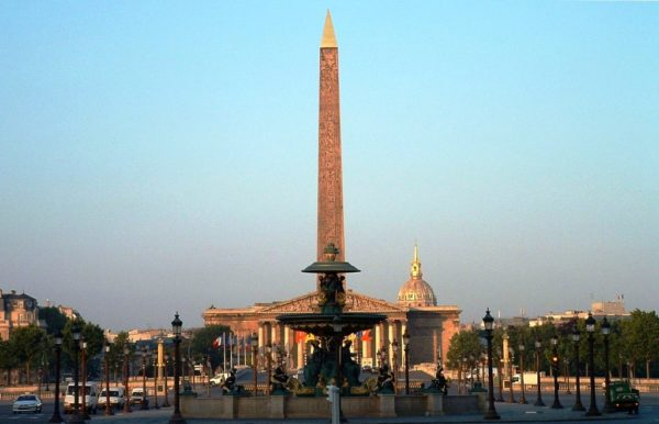 Другим известным монументом на Площади Согласия является огромный египетский обелиск, расположенный в самом центре