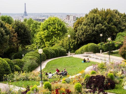Парк Бельвиль славится своими виноградниками, цветниками и зелеными газонами