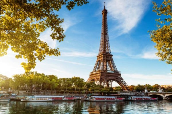 Эйфелева башня является символом Парижа и Франции, и самой романтической и узнаваемой достопримечательностью в мире