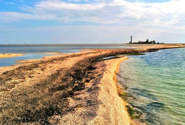 На Тарханкуте можно полечиться и грязями. Грязь на Тарханкуте имеет такие же лечебные свойства, как и остальные лечебные грязи Крыма