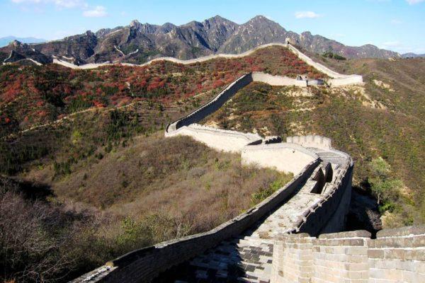 Великая Китайская Стена является крупнейшим архитектурным чудом древнего мира