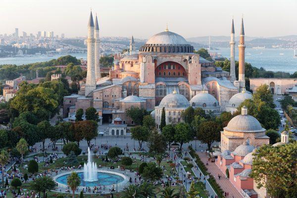 Несмотря на то, что сейчас это музей, собор Святой Софии или Айя-София считается одним из самых величайших религиозных сооружений в мире