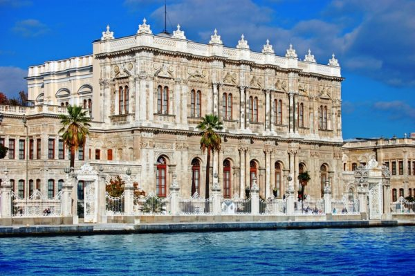 Долмабахче – это музей, куда можно попасть только в составе экскурсионной группы