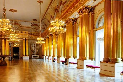 Популярность Эрмитажа обусловлена не только величайшими экспонатами, но и роскошными залами, декорированными в разных стилях и эпохах