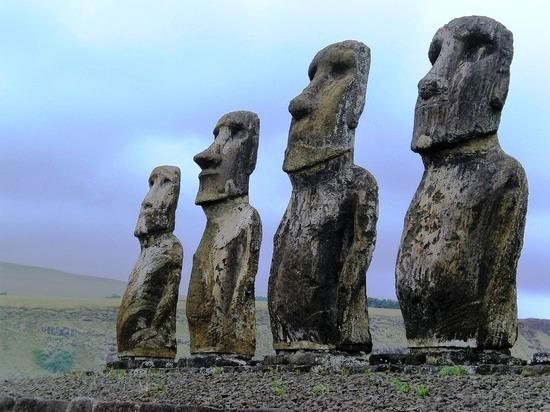 Моаи — каменные статуи на побережье острова Пасхи в виде человеческой головы высотой до 20 метров