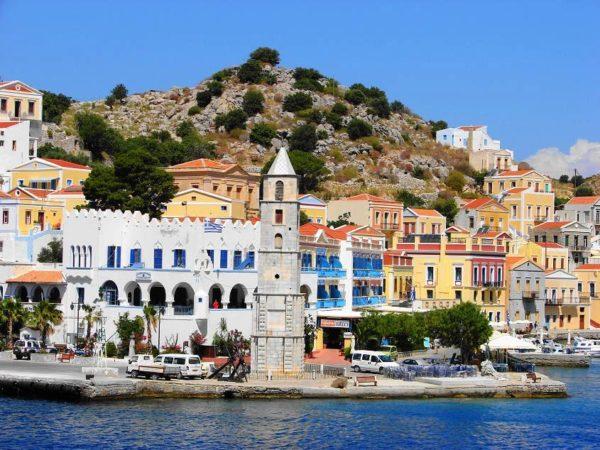 Не менее популярна Греция, где люди прячутся от сильной жары и засухи. Климат для отдыха там вполне благоприятный, поэтому прилив туристов нескончаемый