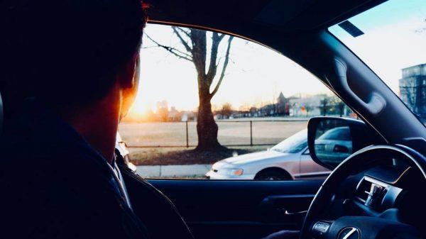 samochod-mezczyzna-prowadzic