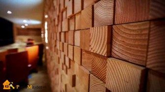 mozaichnaya-otdelka-steny-derevyannymi-bruskami-336x188-7878149