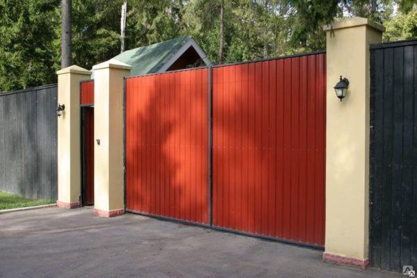 Заборы с распашными воротами